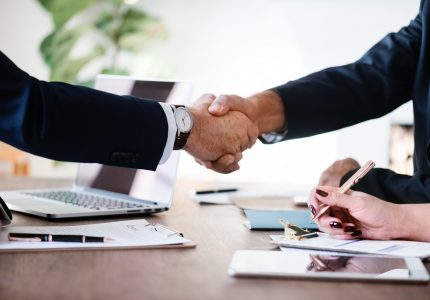 Rozmowy negocjacyjne: jakie błędy popełniamy i jak ich unikać?