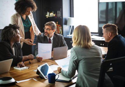 Czym, poza pracą, zajmują się pracownicy i ich szefowie w firmie – strukturalizacja czasu według analizy transakcyjnej.